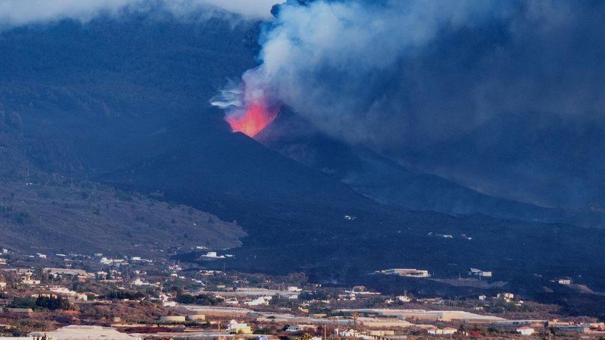 El volcà de La Palma, vist des de la localitat de Los Llanos de Aridane