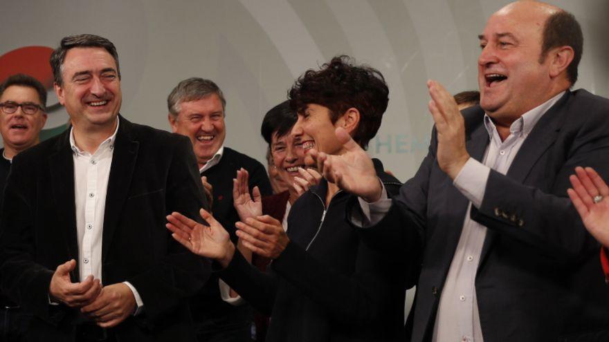 El cap de llista al Congrés pel PNB, a l'esquerra, junt al president d'aquesta formació, celebra els resultats electorals