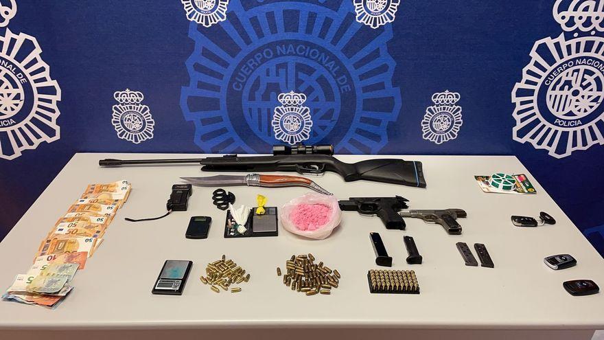 Material intervingut pels agents durant l'operació, on es pot veure la cocaïna rosa