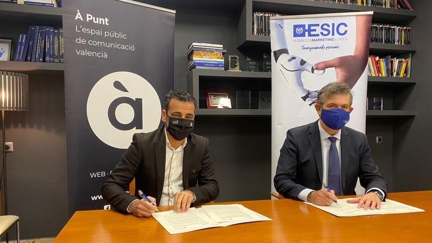 Alfred Costa, director general d'À Punt Mèdia, amb el director de l'ESIC a la Comunitat Valenciana, Agustín Carrilero