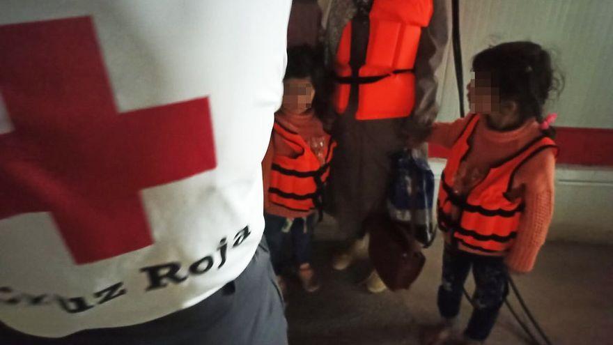 Una dona i dos dels menors que viatjaven en la primera pastera interceptada a Santa Pola aquesta nit de dilluns