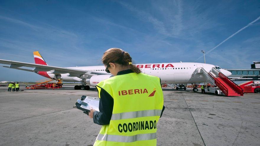 Una treballadora d'Iberia amb un avió de l'aerolínia al fons