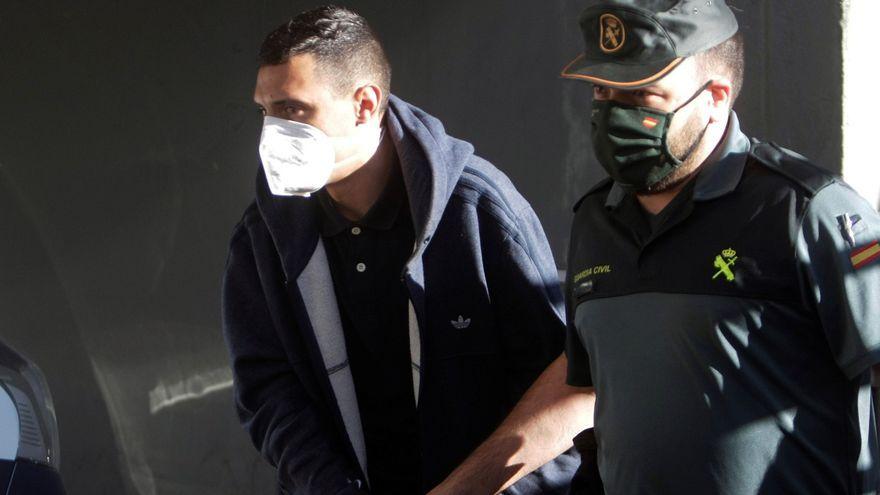 Un dels detinguts empresonats pel crim de Samuel Luiz és escortat de camí al jutjat d'instrucció número 8 de la Corunya
