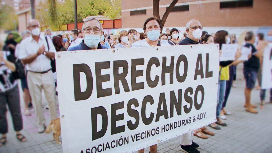 Veïns de la plaça Hondures de València es manifesten per a demanar que desapareguen els botellons de la zona