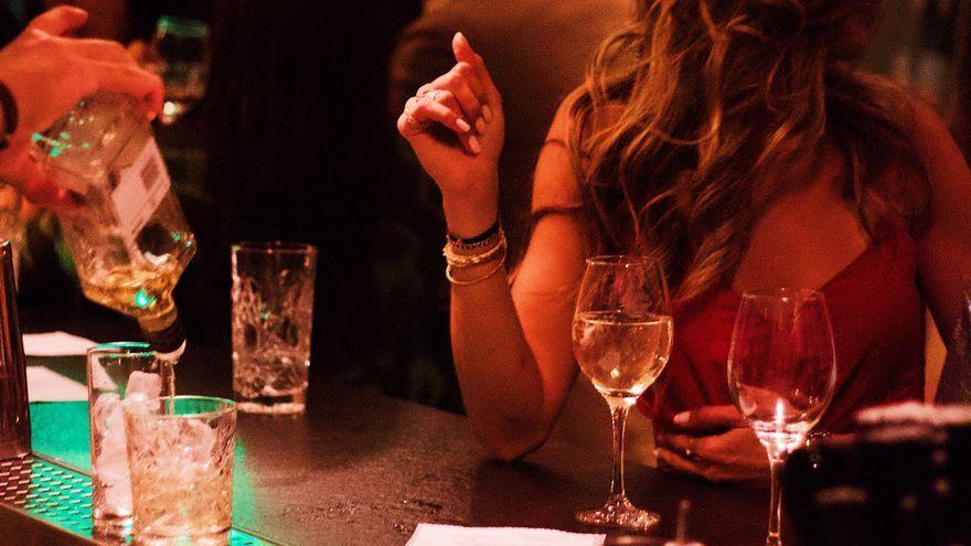 Una dona en un pub en una imatge d'arxiu
