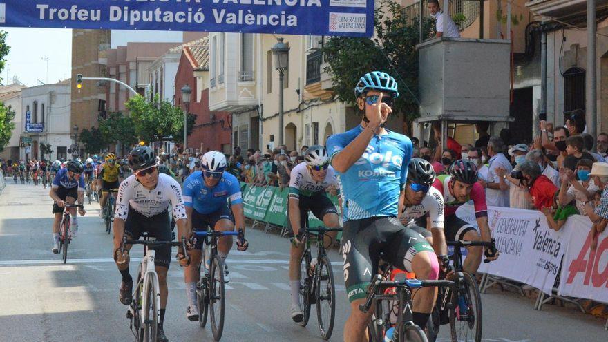 El ciclista David Martín celebra el triomf en la quarta etapa
