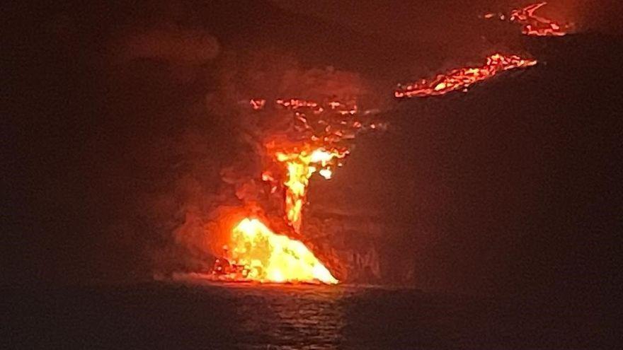 Moment de la caiguda de la lava al mar
