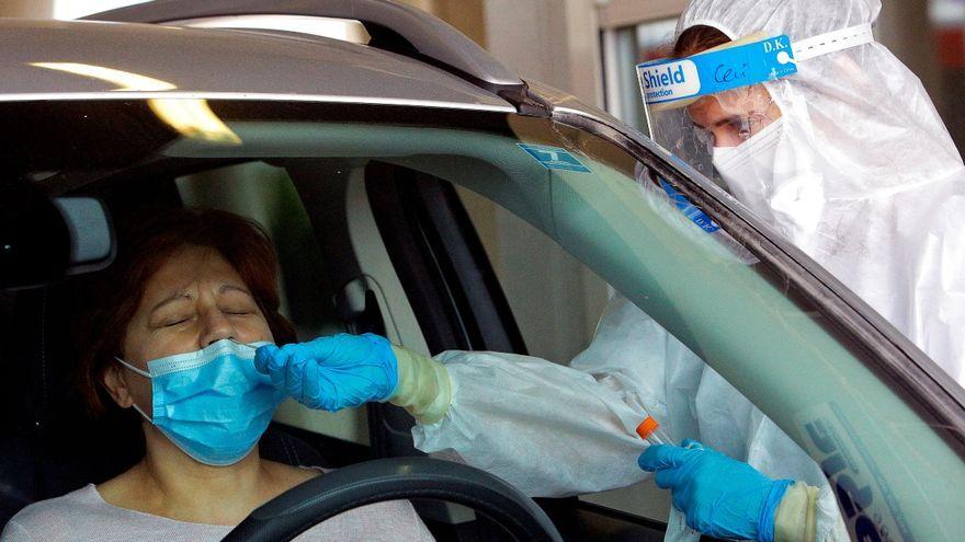 Personal sanitari fa una prova de PCR davant de l'Hospital de Gandia