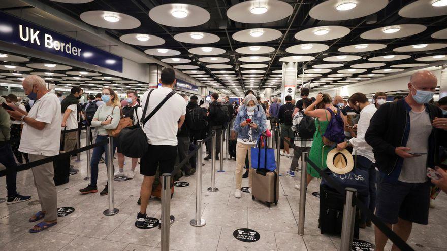 Passatgers britànics fan cua per a passar el control de fronteres a l'aeroport de Heathrow, a Londres