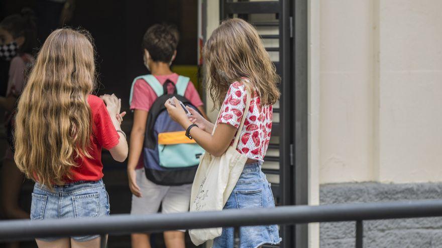 Un grup d'alumnes d'ESO a les portes d'un centre educatiu al començament de la jornada escolar