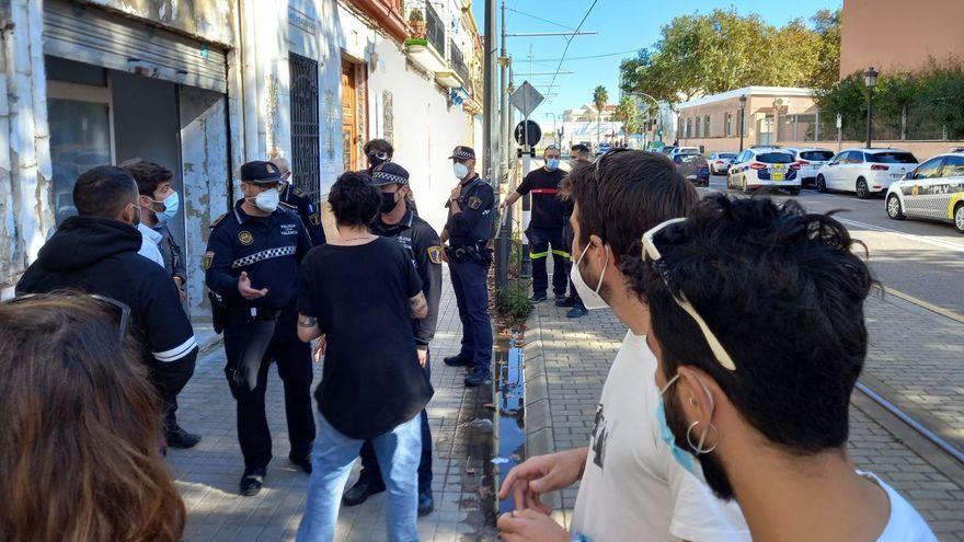 Presència policial al Casal Popular El Clot al barri del Cabanyal