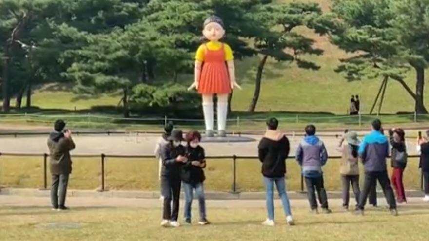 La nina de la sèrie en un parc de Seül, a Corea del Sud