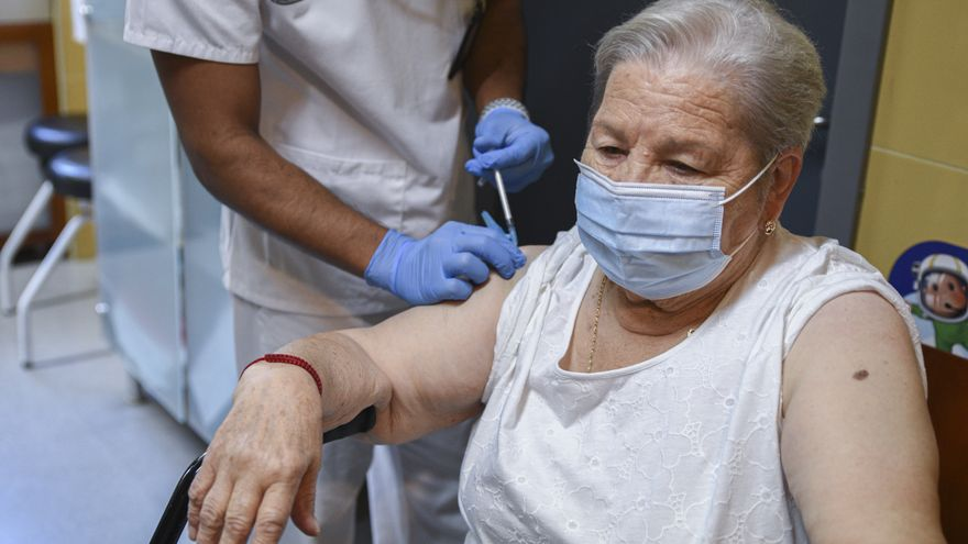 Una dona rep la vacuna de la grip a València en el primer dia de campanya contra el virus