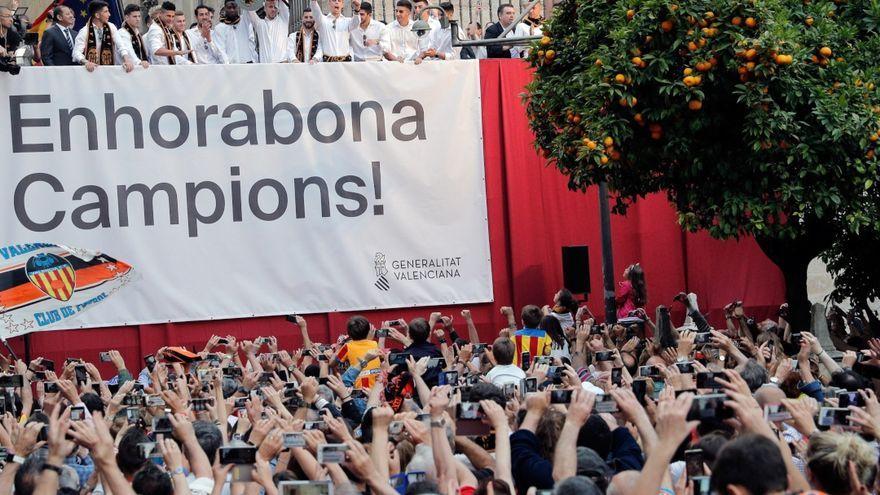 El València finalitza les celebracions davant milers de seguidors.