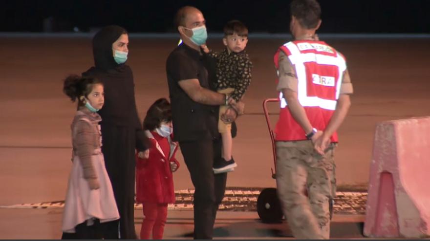Imatge d'una de les famílies de cinc membres que van arribar dilluns a Espanya