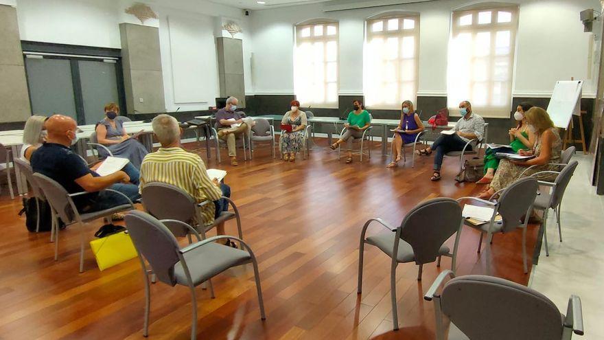Representants dels serveis socials municipals i dels de la conselleria en la reunió que han tingut aquest dimarts