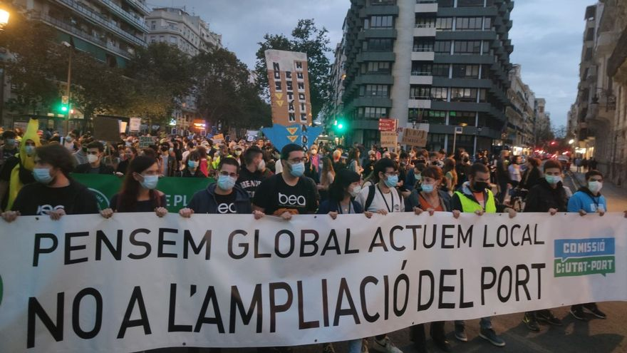 Milers de persones avancen darrere de la capçalera de la manifestació contra l'ampliació del port de València