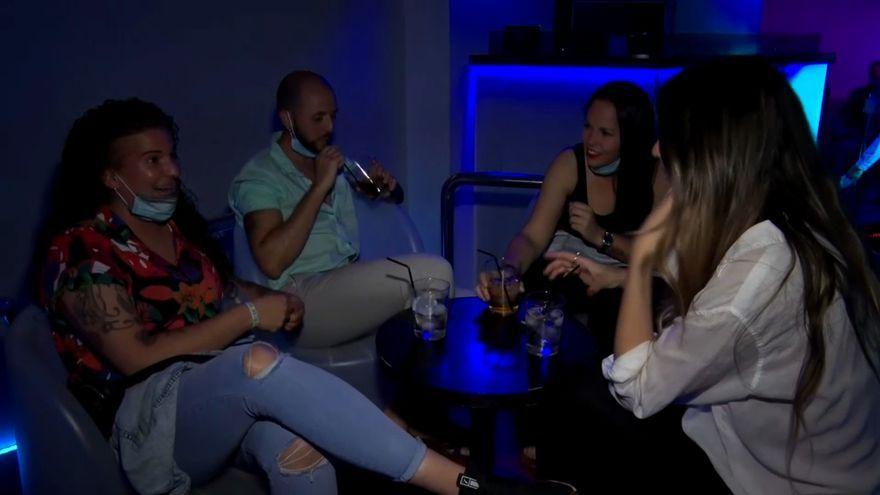 Un grup de clients pren una copa en un local d'oci nocturn