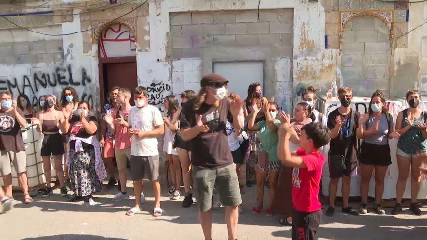 Veïns que s'han concentrat en les immediacions de l'edifici que volien desallotjar aquest dilluns, al barri de la Creu Coberta de València