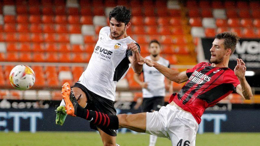 Gonçalo Guedes, durant la disputa d'un baló amb un jugador del Milà
