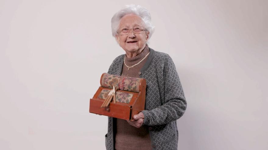 Milagros representa tota una generació que va aprendre a teixir amb boixets en casa gràcies a les seues mares i iaies