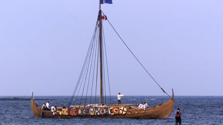 Fotografia del vaixell Islendingur, que replica una embarcació vikinga en arribar a la costa de L'Anse aux Meadows (Canadà)