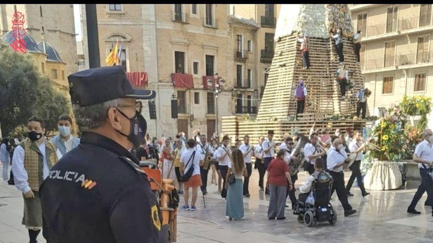 Un agent de la policia autonòmica valenciana supervisa l'Ofrena a la plaça de la Mare de Déu