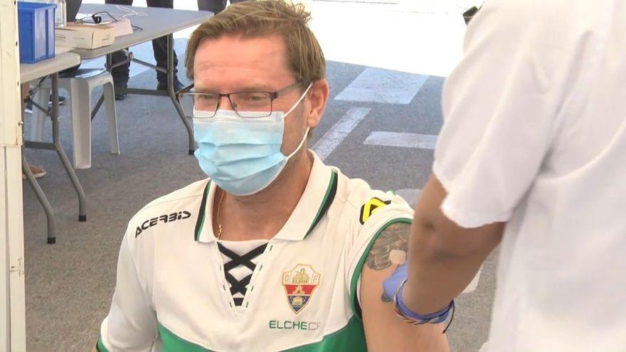 Un seguidor de l'Elx es vacuna abans del partit
