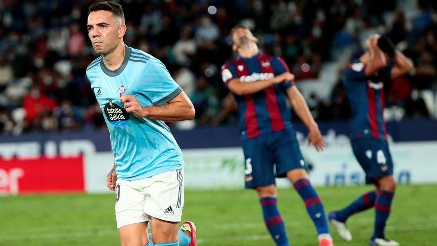 Aspas celebra el gol davant de la desesperació dels jugadors granotes