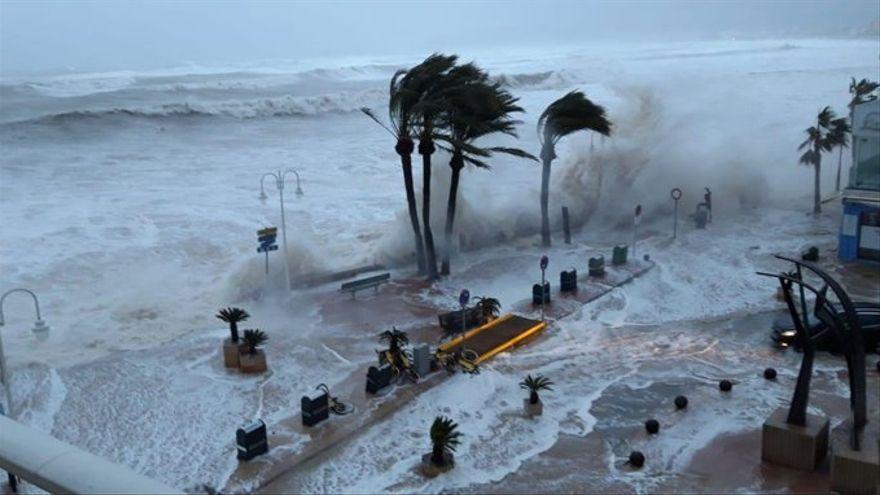 El temporal impactant sobre la platja de Xàbia.