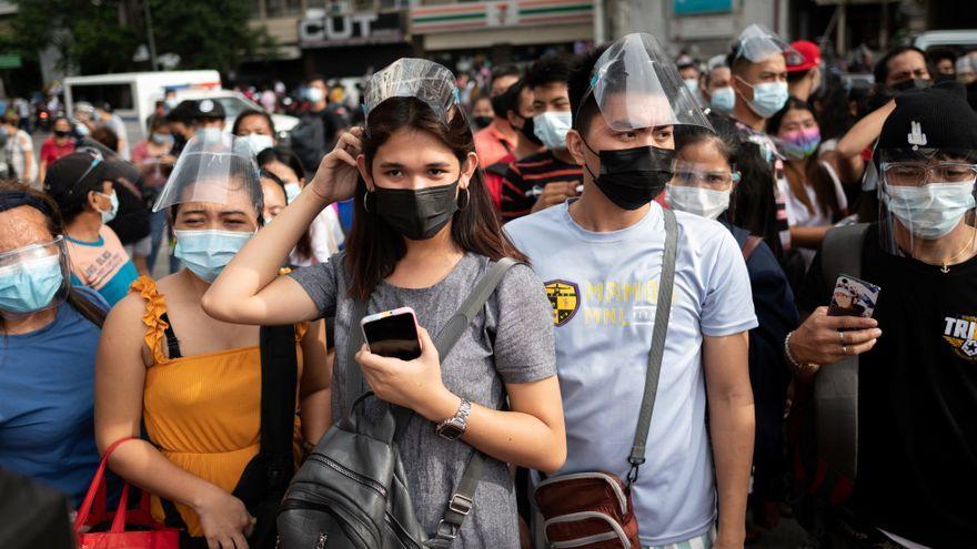 Diverses persones esperen per a ser vacunades a Manila (Filipines)