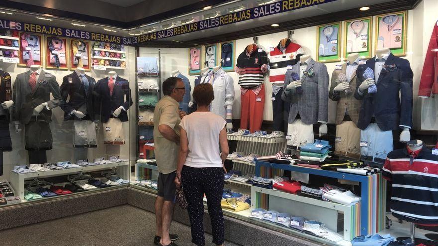 Dues persones dins d'una tenda de roba, en una imatge d'arxiu