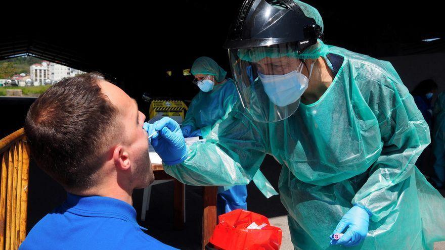 Una sanitària fa una prova de PCR a un home