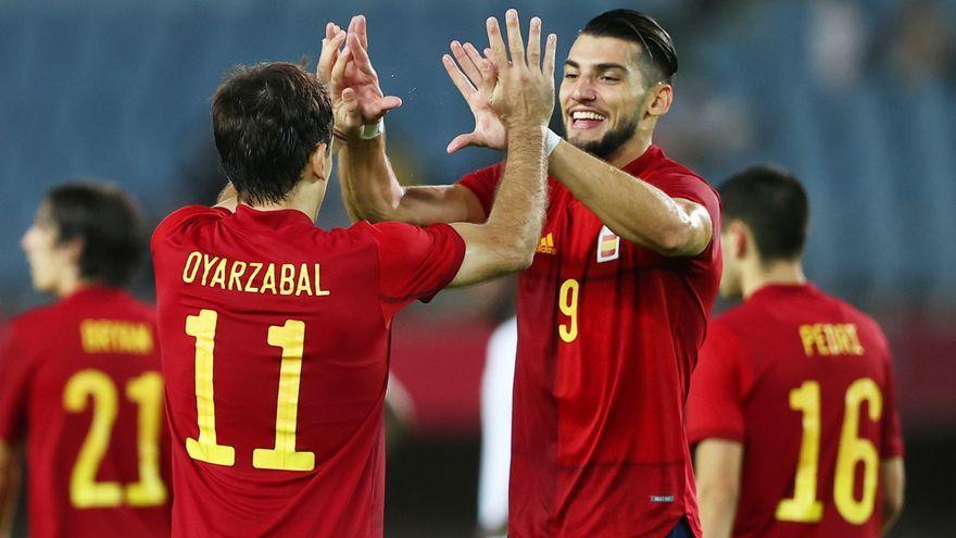Rafa Mir i Mikel Oyarzabal celebren un gol d'Espanya