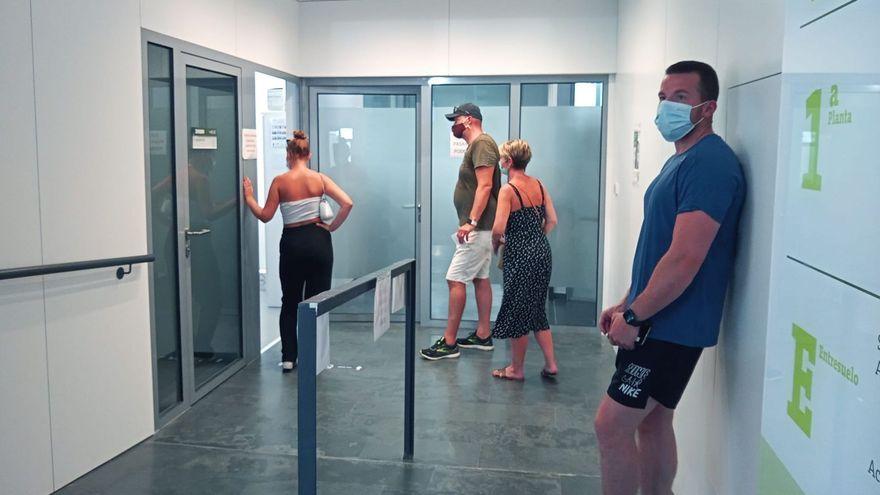 Un grup de persones esperen a la clínica de la Universitat Catòlica de València per a fer-se una prova diagnóstica de la Covid-19
