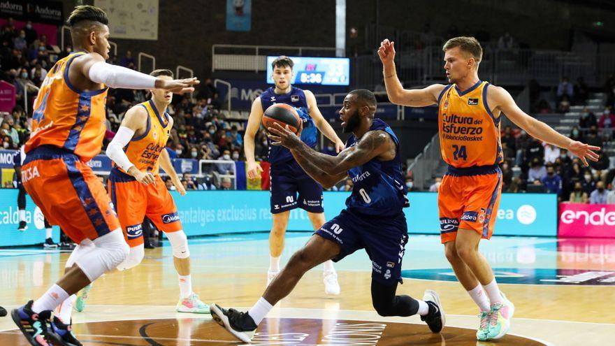 Un jugador de l'Andorra avança davant de la mirada de tres jugadors del València Basket