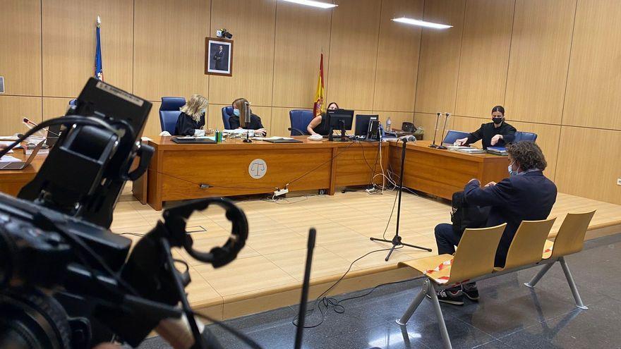 El responsable de Política Lingüística de la Generalitat d'esquena, en les dependències de la Ciutat de la Justícia aquest dimarts