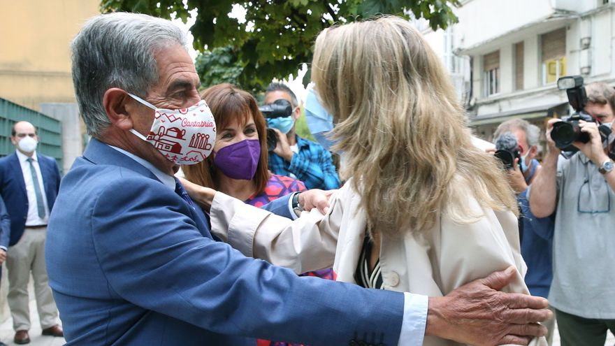 La ministra de Treball saluda el president de Cantàbria, Miguel Ángel Revilla, durant la visita a Santander