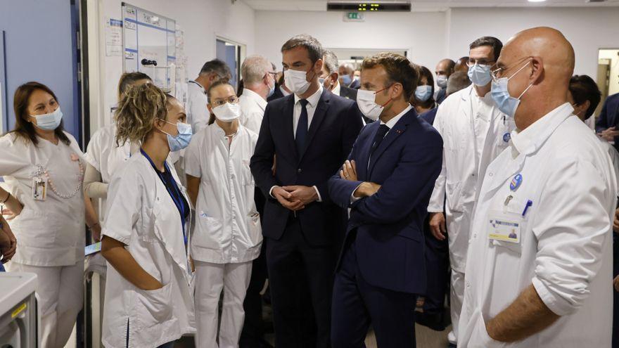 El president francés, Emmanuele Macron, visitant un hospital a Marsella