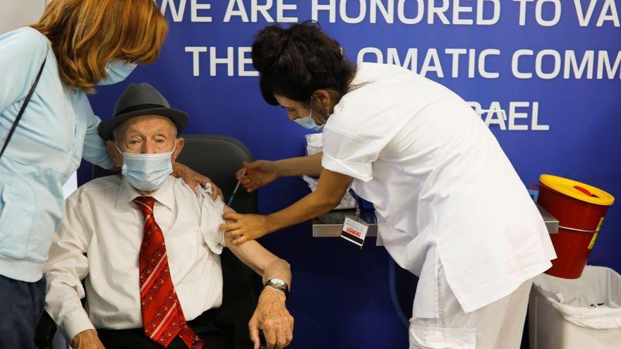 El supervivent de l'Holocaust Yehuda Widawski, de 102 anys, rep la tercera dosi de la vacuna