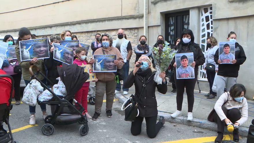 L'àvia d'Aitor reclama justícia acompanyada de familiars i amics a les portes del jutjat d'Elda