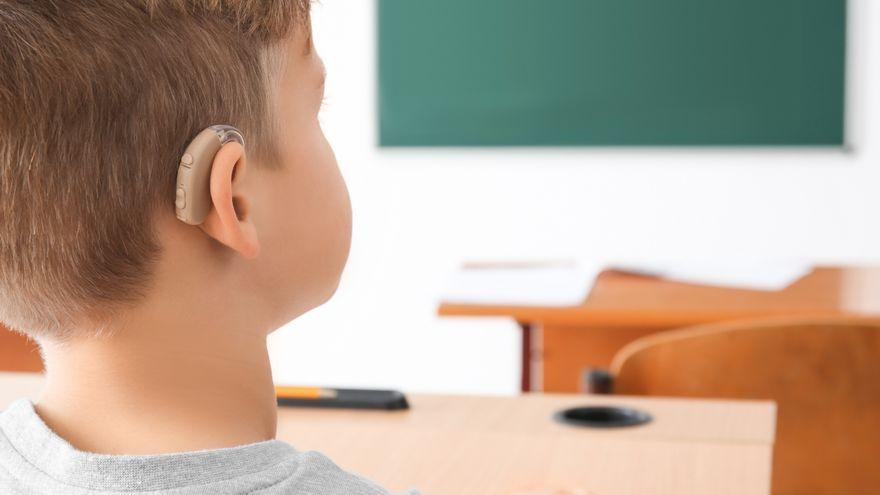 Xiquet amb un audífon