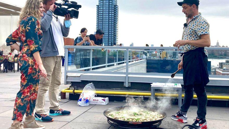 Valencians al món cuina una paella al cor de Nova York