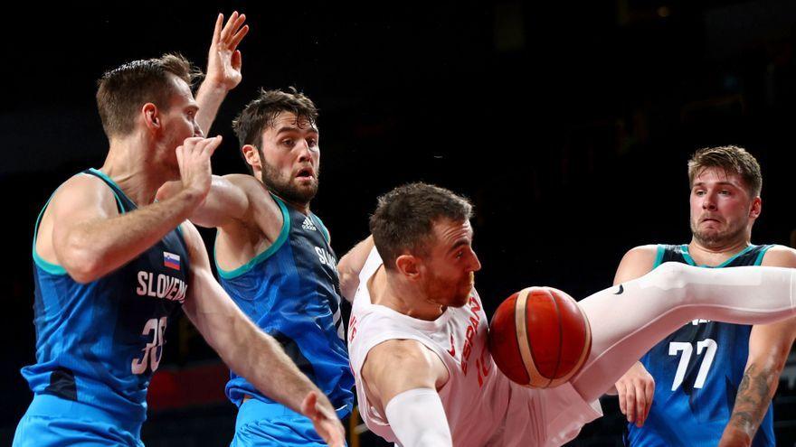Els jugadors eslovens disputen una pilota amb Claver, desequilibrat