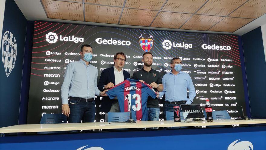 El nou jugador del Llevant, Mustafi, ha sigut presentat a l'estadi Ciutat de València