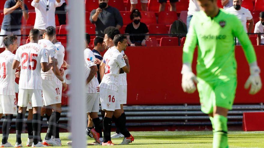 Els jugadors del Sevilla celebren un gol davant la lamentació d'Aitor