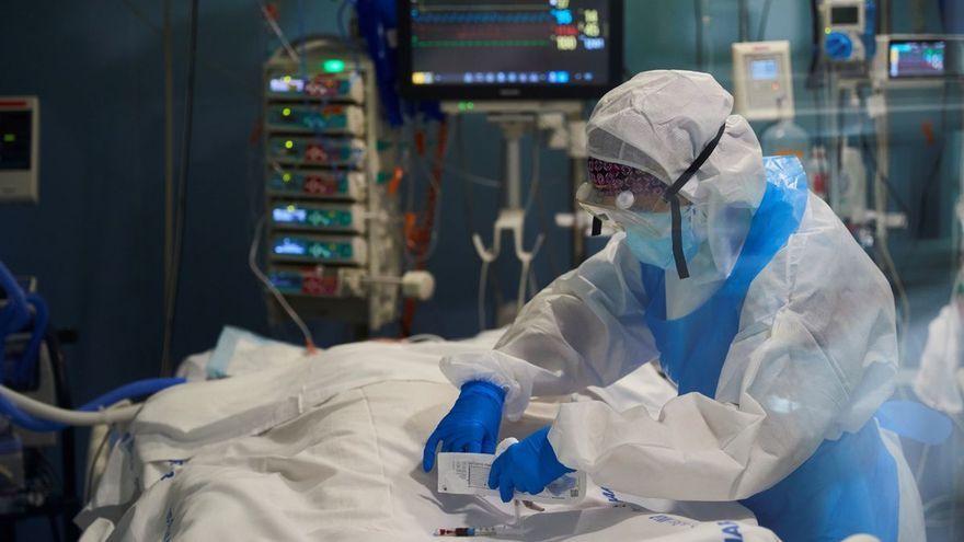 Personal sanitari atén un pacient en una UCI