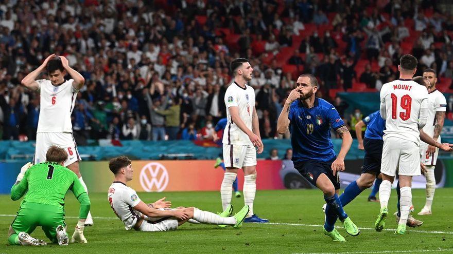 Bonucci celebra el gol de l'empat davant la impotència dels anglesos