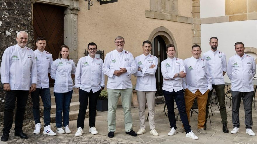 Ricard Camarena, el quart per l'esquerra, junt amb els responsables de la resta de restaurants inclosos en la 'We're Smart Green Guide' d'enguany