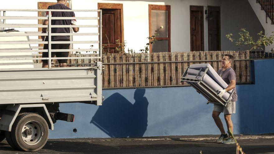 Veïns del barri de San Borondón han tornat a casa a recollir les pertinències